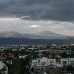 Wolken über Reykjaviks Hausberg